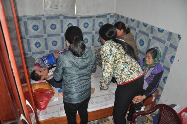 Người phụ nữ bị vỡ mạch máu não, dân làng cầu xin cho chị đi viện - 2
