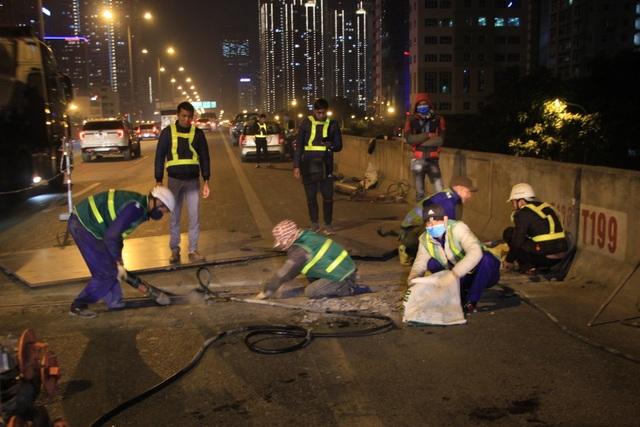 Hà Nội: Công nhân xuyên đêm sửa chữa đường vành đai 3 trên cao - 7