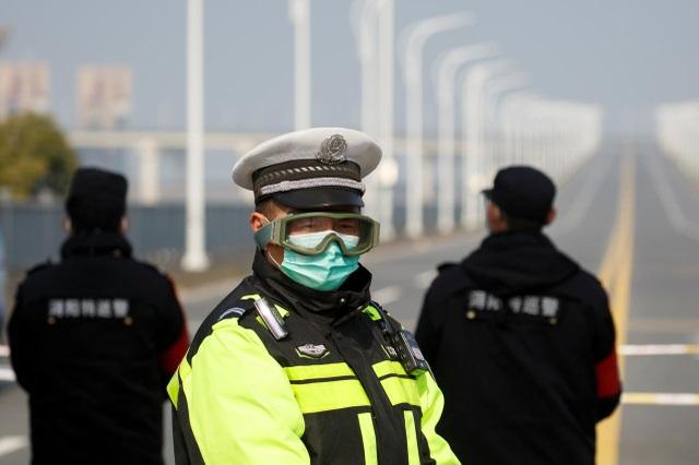 Cảnh sát Trung Quốc qua đời khi đang làm nhiệm vụ chống dịch corona - 1