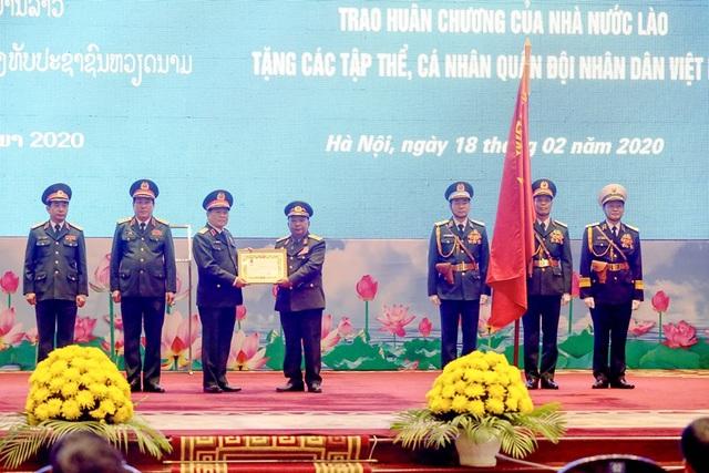 Bộ trưởng Quốc phòng Lào nhận huân chương của Chủ tịch nước Việt Nam - 2