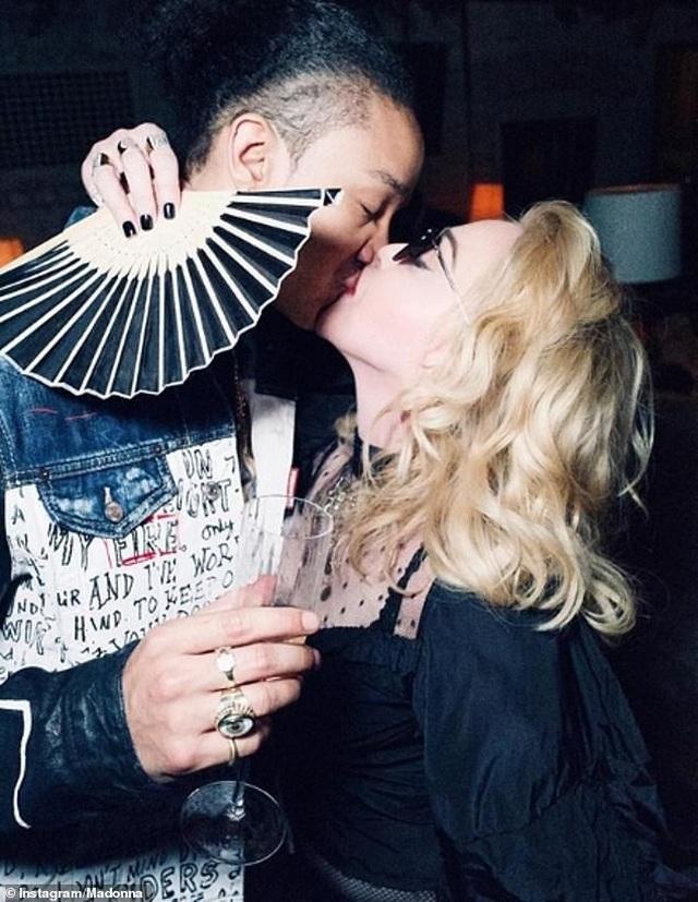 Madonna tình tứ hôn bồ kém 36 tuổi - 1