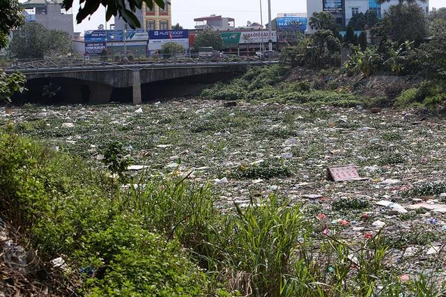 Hà Nội: Đống ngổn ngang khiếp đảm trên dòng sông Nhuệ - 1