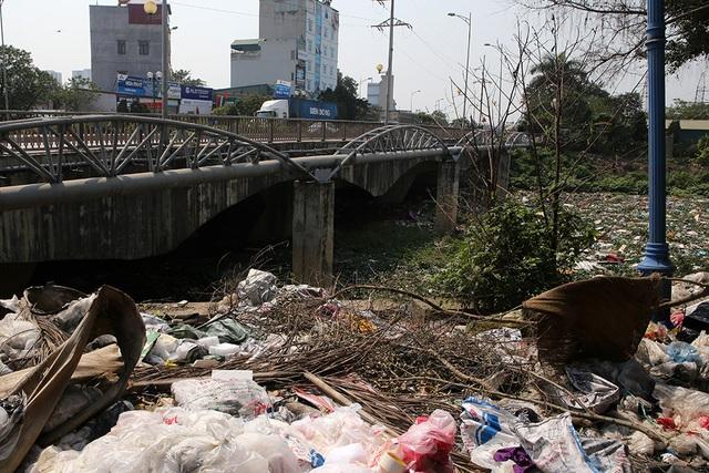 Hà Nội: Đống ngổn ngang khiếp đảm trên dòng sông Nhuệ - 15