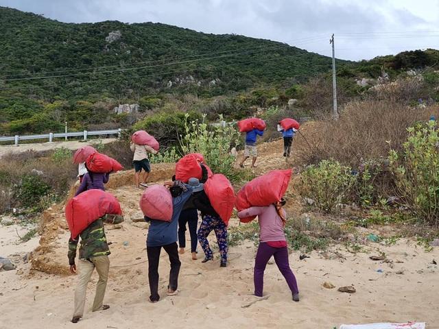 Hàng trăm người thu gom 30 tấn rác, giải cứu bãi biển xinh đẹp - 11