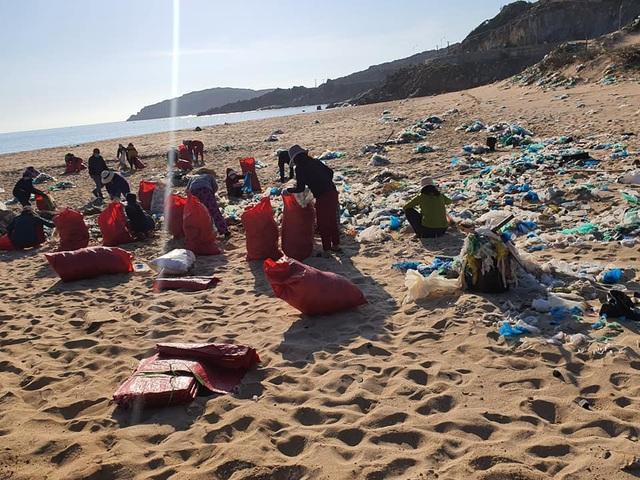Hàng trăm người thu gom 30 tấn rác, giải cứu bãi biển xinh đẹp - 5
