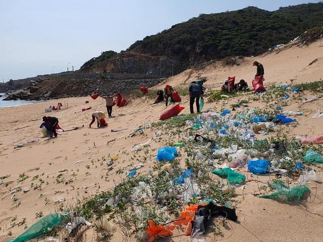 Hàng trăm người thu gom 30 tấn rác, giải cứu bãi biển xinh đẹp - 9