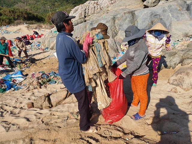 Hàng trăm người thu gom 30 tấn rác, giải cứu bãi biển xinh đẹp - 8