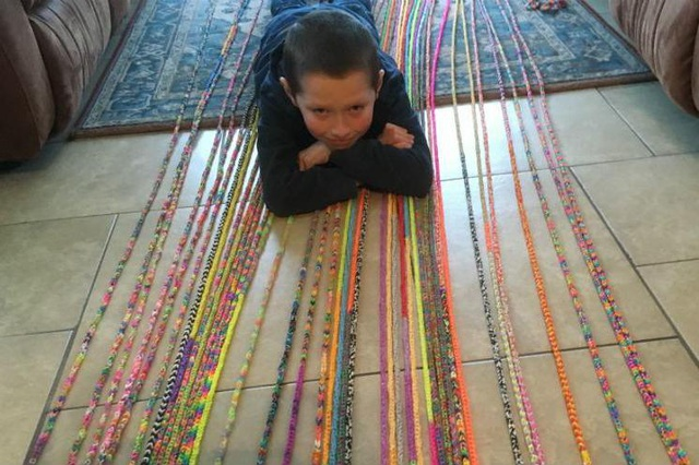 Bé trai 10 tuổi tết thành công vòng đeo tay dài nhất thế giới - 1