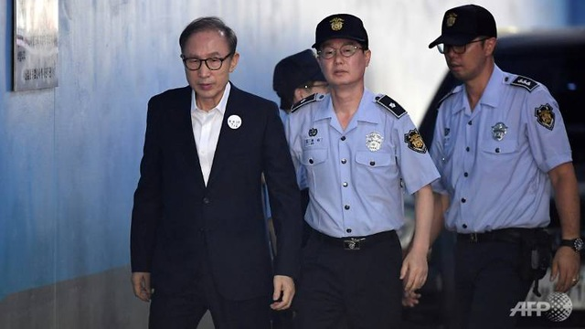 Cựu Tổng thống Hàn Quốc thụ án 17 năm tù vì nhận hối lộ - 1