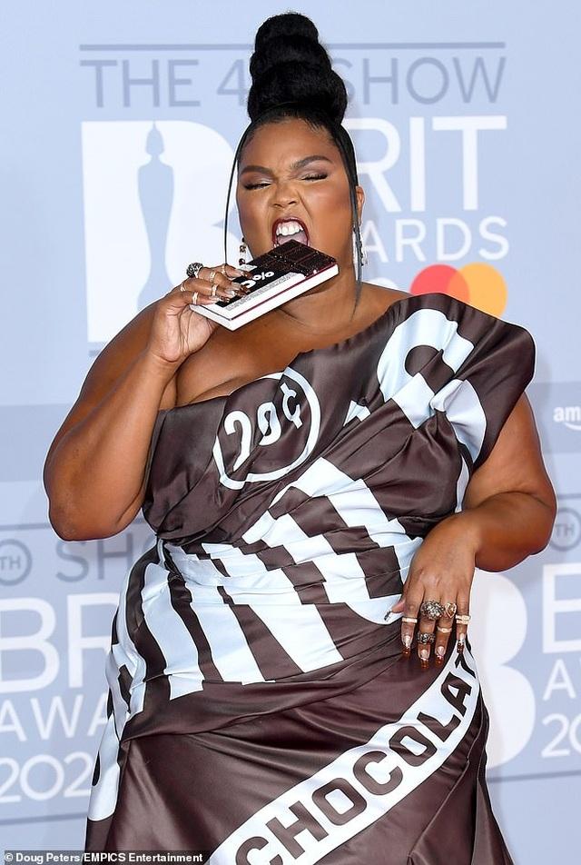 Lizzo diện váy như vỏ kẹo socola - 2