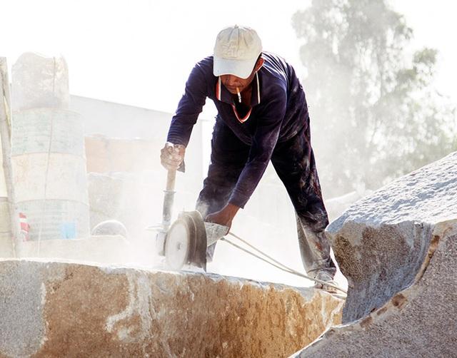 Kiên Giang: Nặng nhọc kiếm nửa triệu đồng/ngày từ nghề chẻ đá - 1