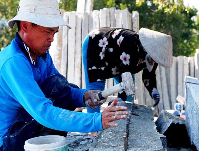 Kiên Giang: Nặng nhọc kiếm nửa triệu đồng/ngày từ nghề chẻ đá - 2