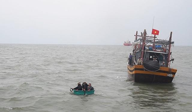 Tàu chìm, 1 ngư dân mất tích, 6 người lênh đênh trên biển - 1