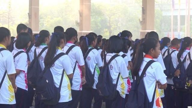 Trường học gây tranh cãi vì tính phạt học sinh hát quốc ca không đủ to - 1