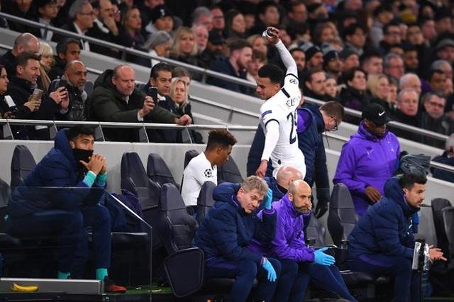 Ngôi sao Tottenham nổi điên, đập phá vì bị thay ra sân - 1