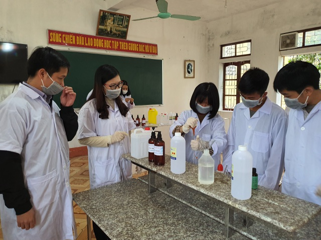 Nhiều trường pha chế sẵn nước rửa tay phòng dịch cho học sinh sau đợt nghỉ - 1