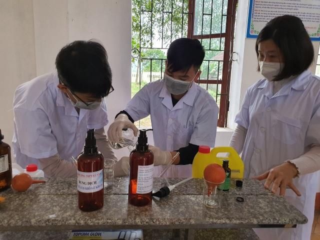 Nhiều trường pha chế sẵn nước rửa tay phòng dịch cho học sinh sau đợt nghỉ - 3