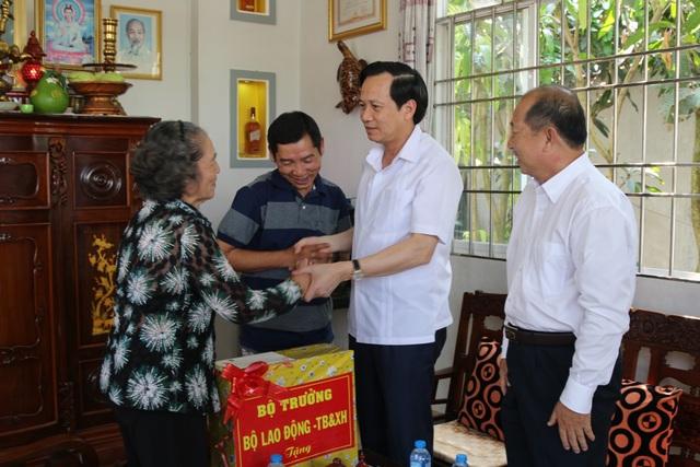 Bộ trưởng Đào Ngọc Dung thăm và tặng quà gia đình chính sách tỉnh Đồng Tháp - 1