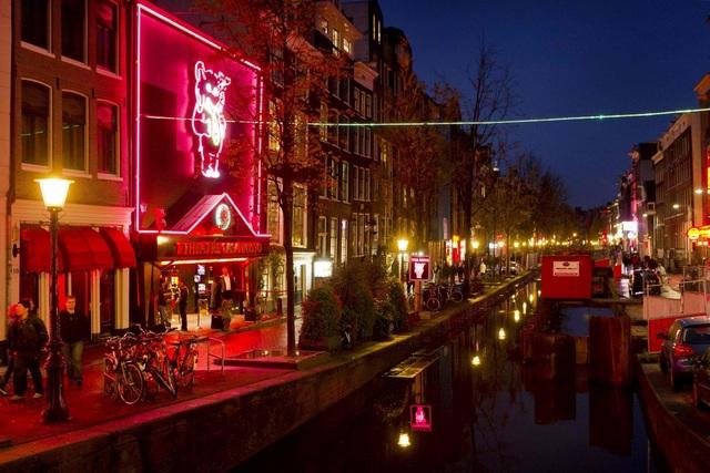 Hà Lan tính đóng phố đèn đỏ, xây khách sạn cho gái mại dâm hành nghề - 1
