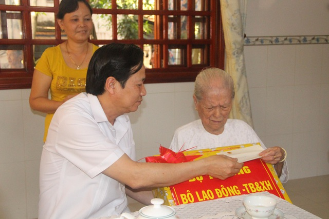 Bộ trưởng Đào Ngọc Dung thăm và tặng quà gia đình chính sách tỉnh Đồng Tháp - 3