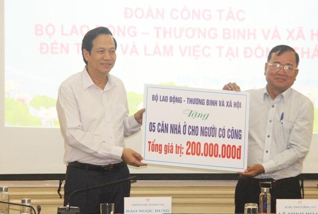 Bộ trưởng Đào Ngọc Dung thăm và tặng quà gia đình chính sách tỉnh Đồng Tháp - 5