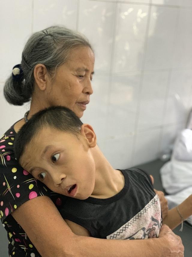 Cụ bà cơ cực xin ăn từng bữa cầm cự nuôi cháu bại não trong viện - 4