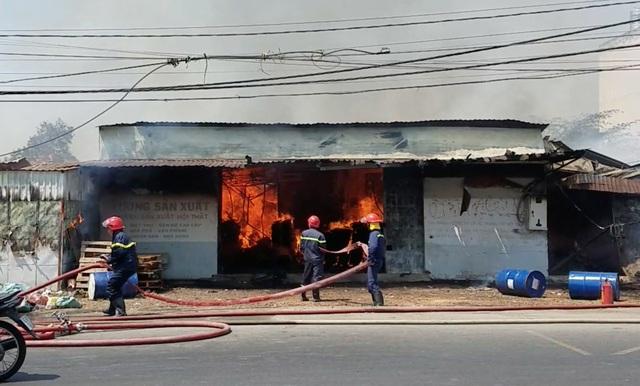 Cháy lớn xưởng gỗ, hàng chục công nhân hoảng loạn tháo chạy - 1