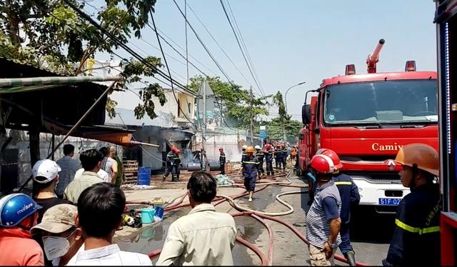 Cháy lớn xưởng gỗ, hàng chục công nhân hoảng loạn tháo chạy - 2
