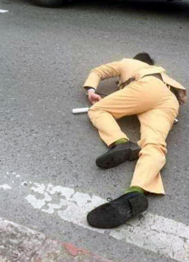 Hà Nội: Đôi nam nữ vượt đèn đỏ, tông gục cảnh sát giao thông - 1