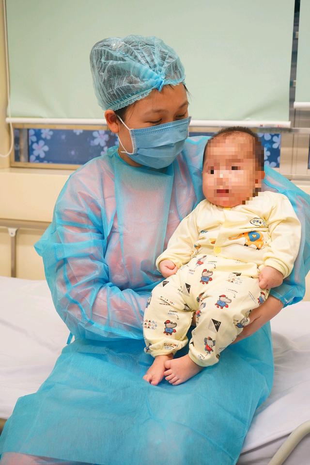 Bệnh nhi duy nhất tại Việt Nam nhiễm virus corona xuất viện khoẻ mạnh - 2