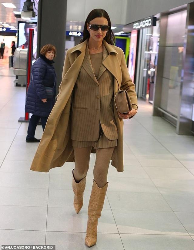 Irina Shayk nổi bật tại sân bay với cây đồ hiệu - 1