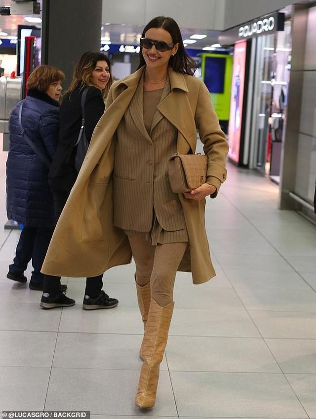 Irina Shayk nổi bật tại sân bay với cây đồ hiệu - 2