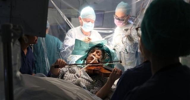 Video bệnh nhân chơi vĩ cầm trong lúc bác sĩ phẫu thuật cắt u não - 1