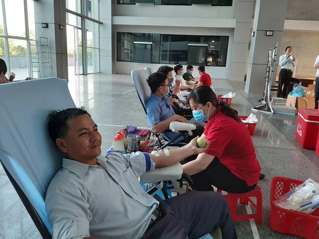 Hàng trăm nhân viên y tế hiến máu tình nguyện trong mùa dịch Covid-19 - 2