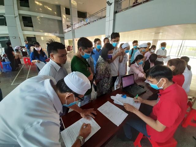 Hàng trăm nhân viên y tế hiến máu tình nguyện trong mùa dịch Covid-19 - 1