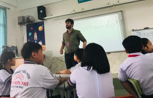 TPHCM: Kiểm tra sức khỏe giáo viên nước ngoài đi từ vùng dịch về - 1