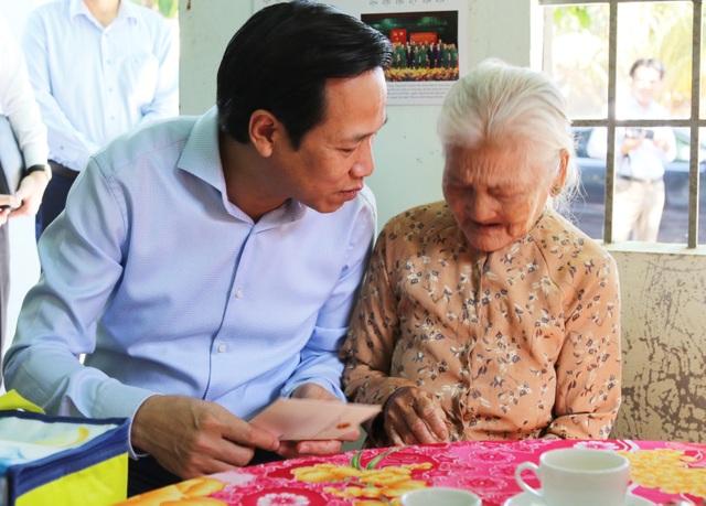 Bộ trưởng Đào Ngọc Dung thăm gia đình chính sách ở Tây Ninh - 4