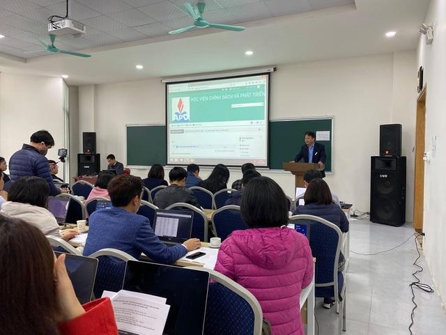 Sinh viên HV Chính sách và Phát triển học trực tuyến trên thiết bị di động - 1