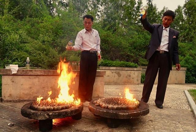 Ngao nướng xăng: Món nhậu lạ miệng của Triều Tiên trong Hạ cánh nơi anh - 2