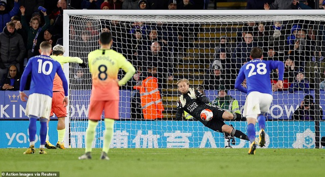 Leicester 0-1 Man City: Aguero sút hỏng phạt đền, Jesus thành người hùng - 1