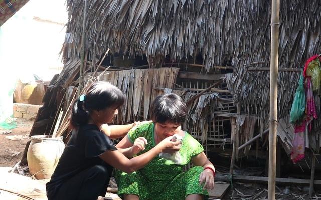 Rớt nước mắt cảnh bé gái bệnh động kinh, co giật mà không tiền chữa trị