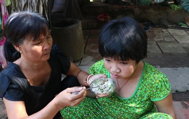 Rớt nước mắt cảnh bé gái bệnh động kinh, co giật mà không tiền chữa trị - 3