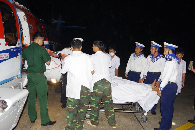 Trực thăng vượt biển trong đêm, cứu 2 ngư dân nguy kịch - 2