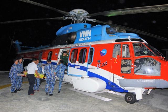 Trực thăng vượt biển trong đêm, cứu 2 ngư dân nguy kịch - 3