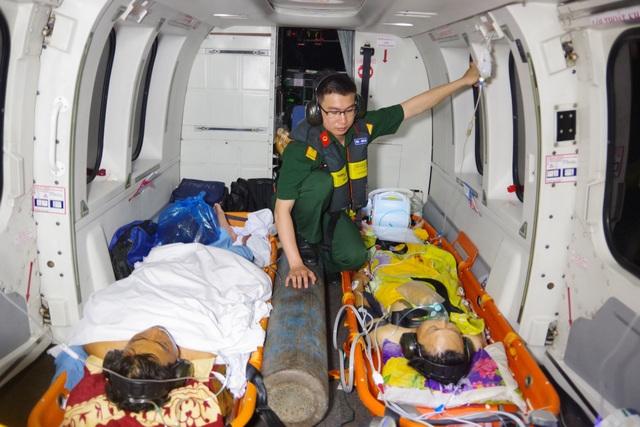 Trực thăng vượt biển trong đêm, cứu 2 ngư dân nguy kịch - 4