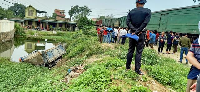 Xe tải băng qua đường sắt bất cẩn bị tàu hỏa tông, tài xế chết tại chỗ - 3