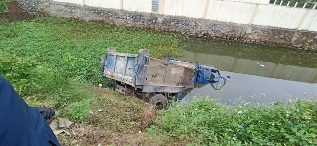 Xe tải băng qua đường sắt bất cẩn bị tàu hỏa tông, tài xế chết tại chỗ - 2