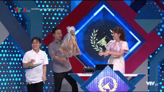 Nữ sinh tặng bánh đa kế khổng lồ giành chiến thắng thi tuần Olympia - 2
