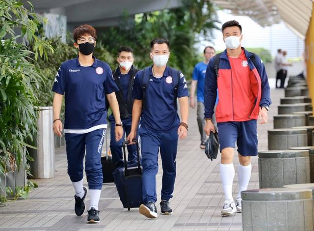 Công Phượng và đồng đội đeo kín khẩu trang khi đến Singapore - 7