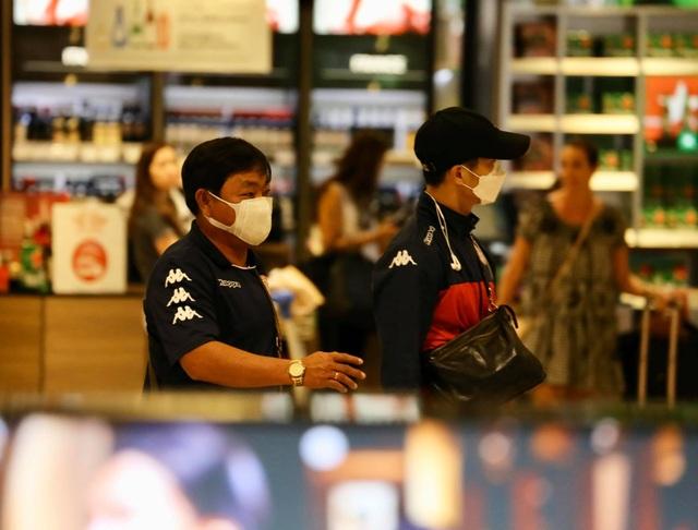 Công Phượng và đồng đội đeo kín khẩu trang khi đến Singapore - 2